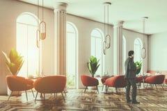 Caffè rosa delle poltrone, finestre incurvate, uomo d'affari Fotografie Stock