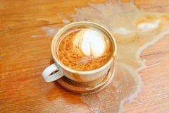 Caffè rovesciato sulla tavola di legno Fotografia Stock Libera da Diritti