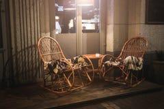 Caffè rustico del marciapiede con le Tabelle di legno fotografia stock