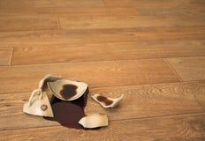 Caffè, scorrevole fuori dalla tazza rotta Fotografia Stock