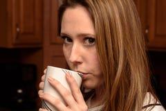 Caffè sorseggiante Fotografia Stock Libera da Diritti