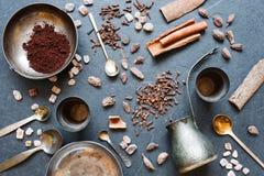 Caffè, spezie e piatti di metallo su un fondo scuro Immagine Stock
