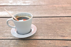 Caffè su priorità bassa di legno Fotografia Stock