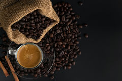 Caffè sul fondo nero di legno della tavola Fotografie Stock Libere da Diritti