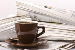 Caffè sul giornale Fotografia Stock Libera da Diritti