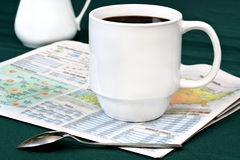 Caffè sulla sezione del tempo del giornale Immagine Stock