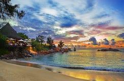 Caffè sulla spiaggia tropicale al tramonto Immagine Stock Libera da Diritti