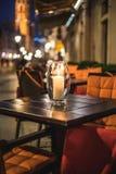 Caffè sulla via con la tavola e le sedie Fotografia Stock