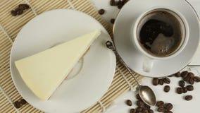 caffè in tazza con i grani naturali archivi video