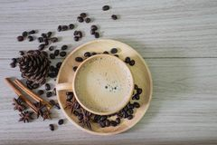 Caffè in tazza di legno con latte immagini stock