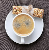 Caffè in tazza e Granola Antivari bianchi Fotografie Stock