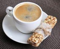 Caffè in tazza e Granola Antivari bianchi Immagine Stock Libera da Diritti