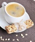 Caffè in tazza e Granola Antivari bianchi Fotografia Stock Libera da Diritti