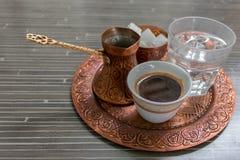 Caffè tradizionale e vecchi piatti, cultura bosniaca, Bosnia, Balcani fotografia stock
