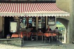 Caffè tradizionale nel villaggio svizzero Gruyeres, Svizzera Immagini Stock