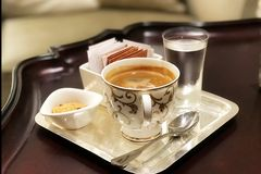 Caffè turco con cioccolato ed acqua Fotografia Stock Libera da Diritti