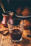 Caffè turco con le spezie ed i muffin immagini stock libere da diritti