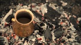 Caffè turco del punto di ebollizione di procedimento classico sui carboni video d archivio