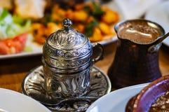 Caffè turco e tazza impressa tradizionale del metallo immagine stock