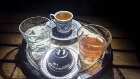 Caffè turco in tazza tradizionale con bicchiere d'acqua fotografie stock