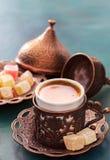 Caffè turco tradizionale e delizia turca su fondo di legno verde scuro fotografia stock libera da diritti