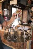 Caffè turco tradizionale servito in bella tazza del metallo sulla sabbia calda fotografia stock
