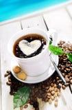 Caffè in un caffè vicino alla spiaggia Fotografia Stock