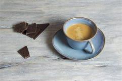 Caffè in una tazza blu - fondo grigio fotografia stock
