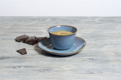 Caffè in una tazza blu - fondo grigio fotografia stock libera da diritti