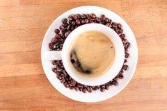 Caffè in una tazza con i fagioli Fotografia Stock