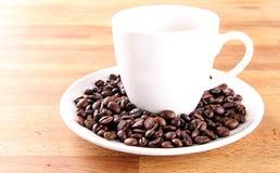 Caffè in una tazza con i fagioli Fotografie Stock