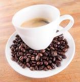 Caffè in una tazza con i fagioli Immagini Stock Libere da Diritti