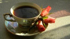 Caffè in una tazza d'annata con il piattino e le belle rose Fotografia Stock Libera da Diritti