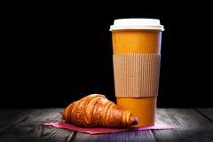Caffè in una tazza di carta immagine stock
