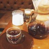 Caffè in una tazza ed in un latte in un piccolo barattolo Fotografia Stock Libera da Diritti