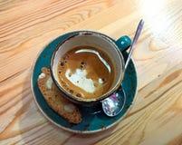 Caffè in una tazza su una tavola di legno Fotografia Stock