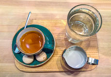 Caffè in una tazza su una tavola di legno Immagine Stock