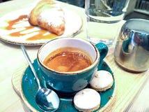 Caffè in una tazza su una tavola di legno Fotografia Stock Libera da Diritti
