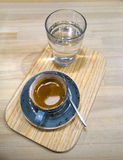 Caffè in una tazza su una tavola di legno Immagini Stock Libere da Diritti