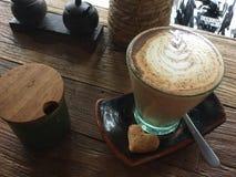 Caffè in vetro Biscotto del cuore Arte del latte del caffè fotografie stock libere da diritti