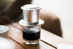 Caffè vietnamita - caffè caldo del latte con latte condensato nello stile del Vietnam Bevanda vietnamita tradizionale fotografia stock