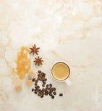 Caffè, zucchero di canna, anice della spezia su un fondo di marmo Fotografie Stock
