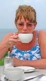 Caffè bevente del tè al fresco alla spiaggia Fotografia Stock Libera da Diritti