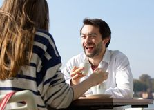 Caffè bevente dell'uomo felice con la donna al caffè all'aperto Fotografia Stock