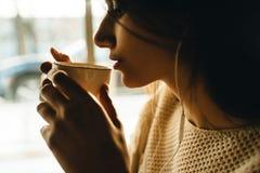 Caff? bevente della bella ragazza fotografia stock libera da diritti