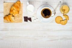 Caffè con il croissant ed i biscotti su area di spazio della copia Immagini Stock
