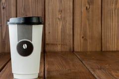 Caff? da portar via in termo tazza su un fondo di legno, spazio della copia immagine stock libera da diritti