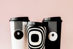 Caff? da portar via in termo tazza su un fondo rosa fotografia stock
