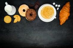 Caffè del cappuccino con la ciambella ed il croissant su area di spazio della copia Fotografie Stock