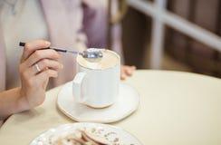 Caff? del cappuccino di mattina E Ora di colazione r Spazio per testo immagine stock libera da diritti